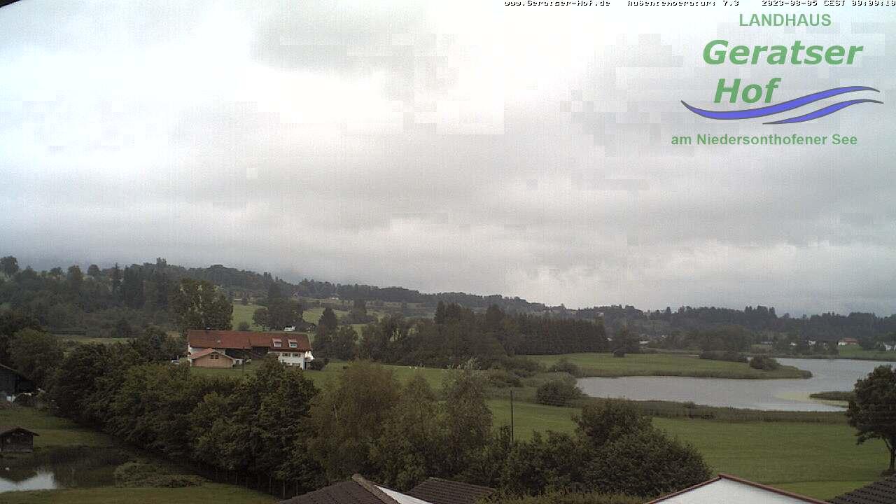 Blick vom Geratser-Hof über das Wildgehege und die Niedersonthofener Seen hinein in die herrliche Allgäuer Bergwelt.